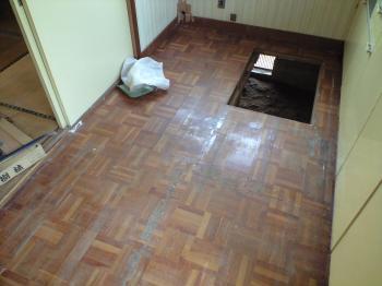 板を剥がした所で穴は床下収納庫があった